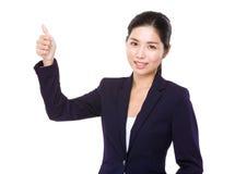 Коммерсантка показывая большой пец руки вверх Стоковые Фотографии RF