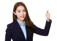 Коммерсантка показывая большой пец руки вверх Стоковое фото RF