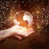 Коммерсантка показывая глобальную вычислительную сеть стоковое фото rf