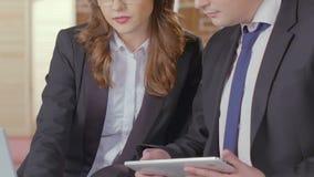 Коммерсантка показывая данные на компьтер-книжке к потенциальному клиенту, представление обслуживаний видеоматериал