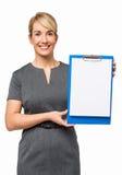 Коммерсантка показывая чистый лист бумаги на доске сзажимом для бумаги Стоковые Изображения
