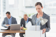 Коммерсантка покидая офис после быть увольнянным Стоковые Изображения