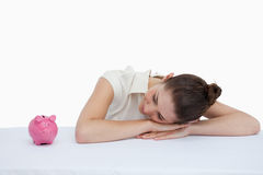 Коммерсантка полагаясь на ее столе Стоковое Изображение