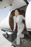 Коммерсантка получая вниз от частного самолета Стоковые Изображения