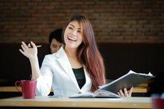 Коммерсантка приветствует при утеха работая на кофейне Стоковое Фото