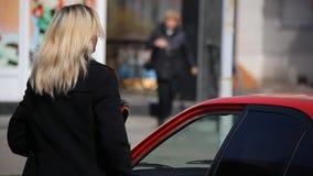 Коммерсантка приходя из автомобиля сток-видео