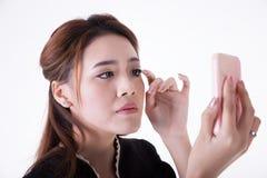 Коммерсантка проверяя ее макияж стоковое фото rf