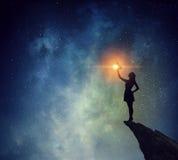 Коммерсантка против звёздного неба Мультимедиа Мультимедиа стоковые фотографии rf