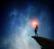 Коммерсантка против звёздного неба Мультимедиа Мультимедиа стоковые фото