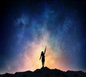 Коммерсантка против звёздного неба Мультимедиа стоковое изображение rf