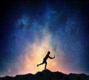 Коммерсантка против звёздного неба Мультимедиа стоковое изображение