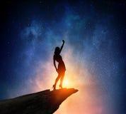 Коммерсантка против звёздного неба Мультимедиа стоковые изображения