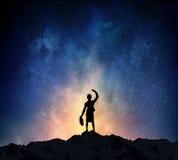 Коммерсантка против звёздного неба Мультимедиа стоковая фотография