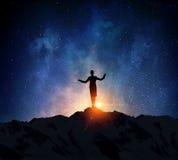 Коммерсантка против звёздного неба Мультимедиа стоковое фото rf