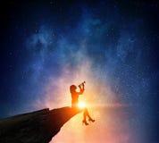 Коммерсантка против звёздного неба Мультимедиа стоковая фотография rf