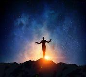 Коммерсантка против звёздного неба Мультимедиа стоковые фотографии rf