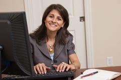 Коммерсантка работая в домашнем офисе Стоковое фото RF