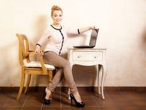 Коммерсантка работая на компьтер-книжке компьютера Стоковые Изображения