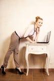 Коммерсантка работая на компьтер-книжке компьютера Стоковое фото RF