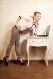 Коммерсантка работая на компьтер-книжке компьютера Стоковая Фотография