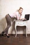 Коммерсантка работая на компьтер-книжке компьютера Стоковые Изображения RF