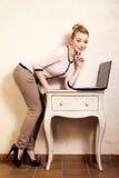 Коммерсантка работая на компьтер-книжке компьютера Стоковая Фотография RF