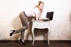 Коммерсантка работая на компьтер-книжке компьютера Стоковое Фото