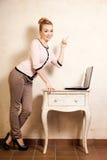 Коммерсантка работая на компьтер-книжке компьютера Стоковое Изображение RF