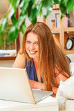 Коммерсантка работая на компьтер-книжке дома Стоковое Изображение