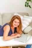 Коммерсантка работая на компьтер-книжке дома Стоковое Фото