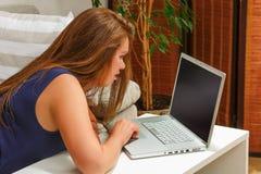 Коммерсантка работая на компьтер-книжке дома Стоковые Фото