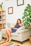 Коммерсантка работая на компьтер-книжке дома Стоковое Изображение RF