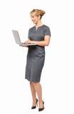 Коммерсантка работая на компьтер-книжке стоковые фотографии rf