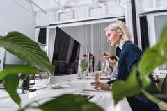 Коммерсантка работая на компьютере Стоковая Фотография RF