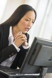 Коммерсантка работая на компьютере Стоковые Фото