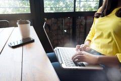 Коммерсантка работая на кофейне Стоковая Фотография RF