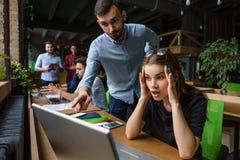 Коммерсантка работая на портативном компьютере Стоковое Фото