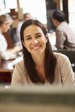 Коммерсантка работая на столе с встречей в предпосылке Стоковая Фотография