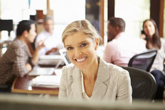 Коммерсантка работая на столе с встречей в предпосылке Стоковая Фотография RF