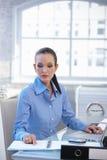 Коммерсантка работая на столе стоковые изображения rf