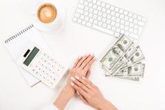Коммерсантка работая с банкнотами калькулятора и доллара на рабочем месте Стоковые Фотографии RF