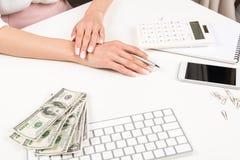 Коммерсантка работая с банкнотами калькулятора и доллара на рабочем месте Стоковое фото RF
