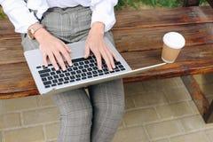 коммерсантка работая с компьтер-книжкой на стенде Стоковое Изображение