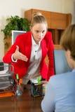 Коммерсантка разговаривая с работником Стоковое Фото