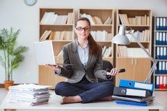 Коммерсантка размышляя в офисе стоковое изображение