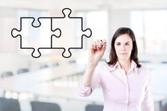 Коммерсантка рисуя пустую головоломку на экране Предпосылка офиса Стоковая Фотография