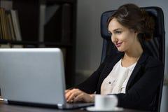 Коммерсантка сидя на ее рабочем месте в офисе с чашкой cof Стоковые Фотографии RF