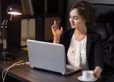 Коммерсантка сидя на ее рабочем месте в офисе Стоковое фото RF