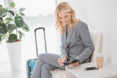Коммерсантка смотря билет полета Стоковая Фотография RF