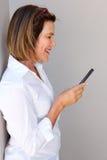 коммерсантка смотря мобильный телефон Стоковые Изображения